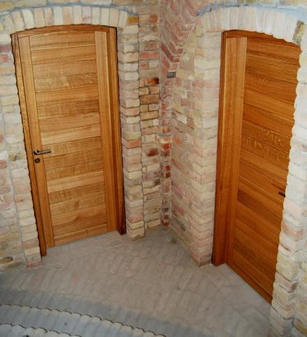 Tömör tölgyfa borospince ajtó rejtett pántokkal szerelve