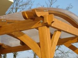 Polikarbonát borítású pácolt fa előtető.