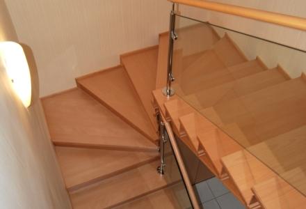 Lakkozott bükkfa lépcső üvegkorlát