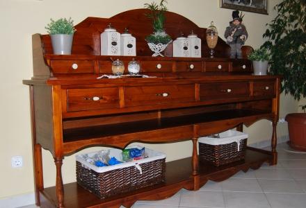 Pácolt és lakkozott felületkezeléssel készült, klasszikus értékeket képviselő gyönyörű tálalószekrény.