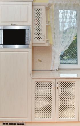 Antikolt vanília színű vákuumfóliás konyhabútor. MDF lap frontokkal, csillapított becsukódású ajtókkal, egy anyagból készült apácarácsos berakásokkal.