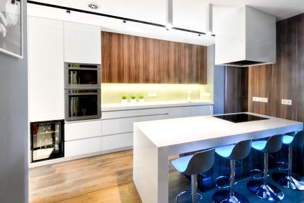 Hófehér Corian konyhabútor magasfényű csiszolt egyedi kétszínű fa bútorlap akril ásványlap ebédlőasztal konyha sütő munkalap konyhapult rejtett fogantyú design páraelszívó