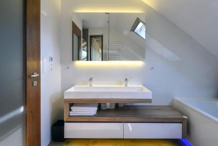 Design lebegő fürdőszoba bútor szekrény fürdő kétszínű fehér barna fenyő bútorlap fiókos fiók nagy mosdótál led világítás hófehér akril magasfényű