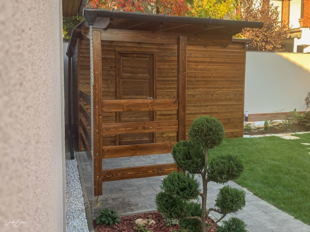 Kis kerti faház a különféle kerti szerszámok és kerékpárok igényes tárolására. A faanyag kezelése alap színezéssel majd viasz felületkezeléssel történt. Zsindely tetőfedés. Antracit színű alumínium lemezelés (csatorna, szegélylemez). Belül natúr lambéria.