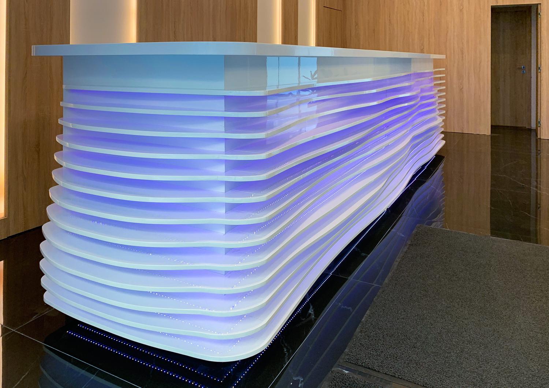 Szállodái recepciós pult, magasfényű fehér MDF lapból, 120 méter színes LED szalaggal