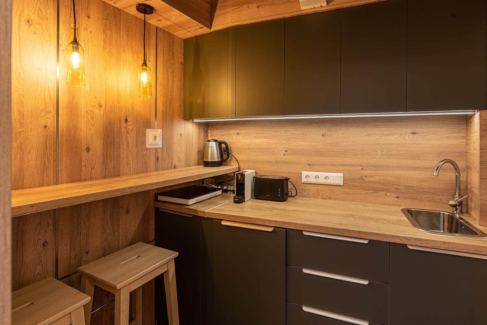 Fogorvosi rendelő konyha - loft stílusban, király tölgy és barna színekben.